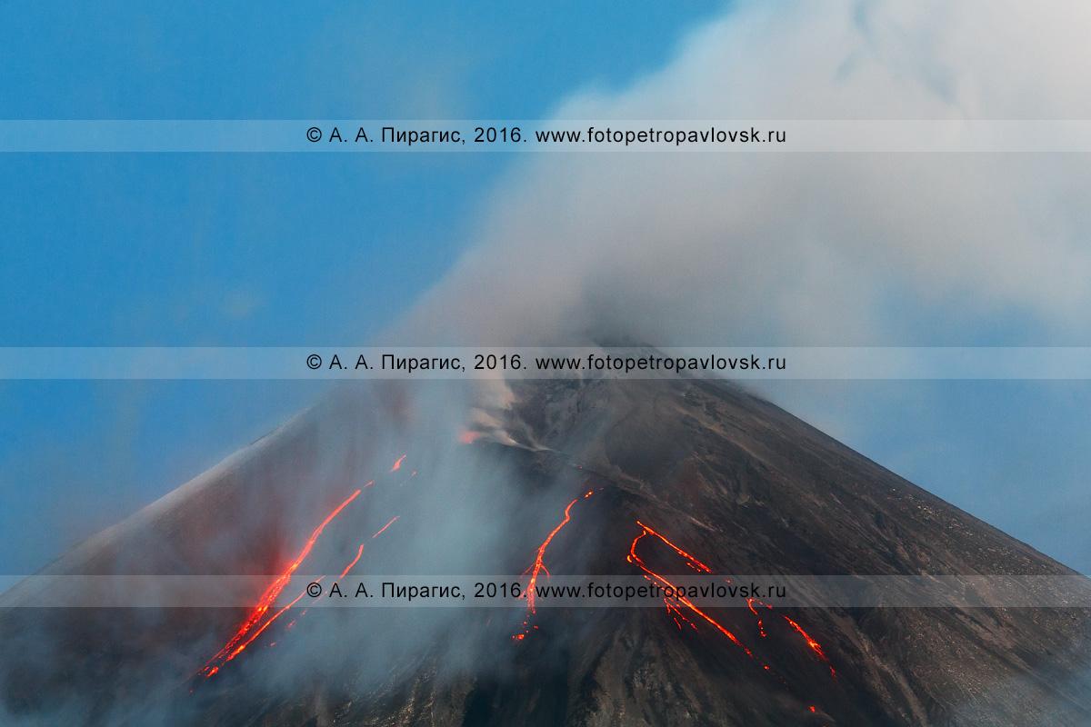Фотография: Камчатский край, Ключевской вулкан (Klyuchevskoy Volcano), извержение исполина — текущие по склону вулкана лавовые потоки, вырывающийся из кратера газ, пар, и пепел