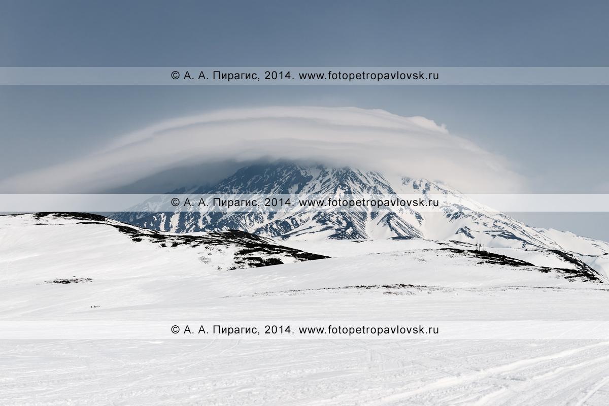 Зимний вулканический пейзаж, вид на активный вулкан Корякская сопка в Камчатском крае