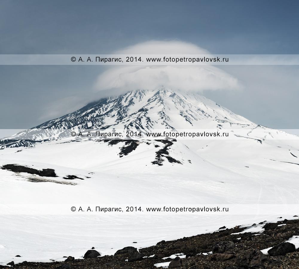 Зимний камчатский пейзаж — вид на вулкан Корякский с шапкой из облаков. Авачинско-Корякская группа вулканов на Камчатке