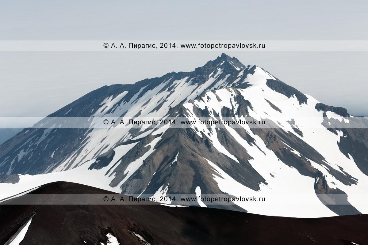 Фотография: вершина Козельского вулкана (2189 м), вид с вершины Авачинского вулкана. Полуостров Камчатка