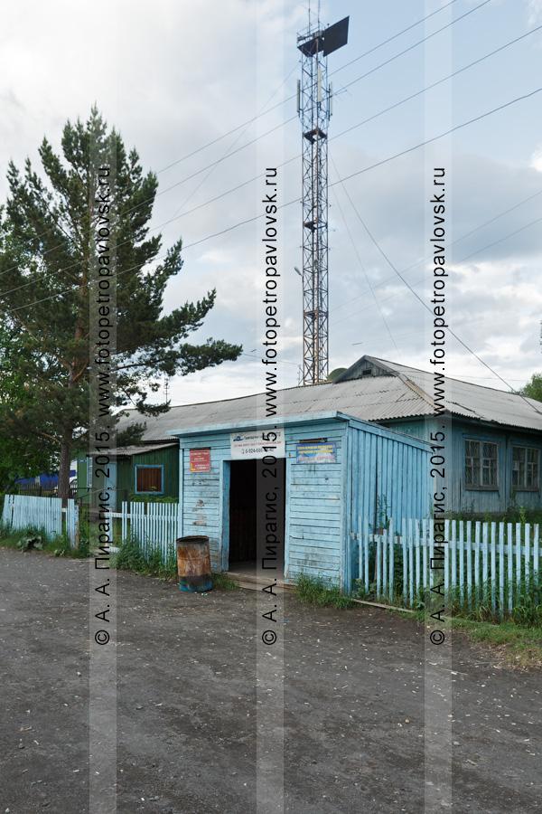 Фотография: вид на деревянную автобусную остановку в поселке Козыревск. Камчатский край, Усть-Камчатский район