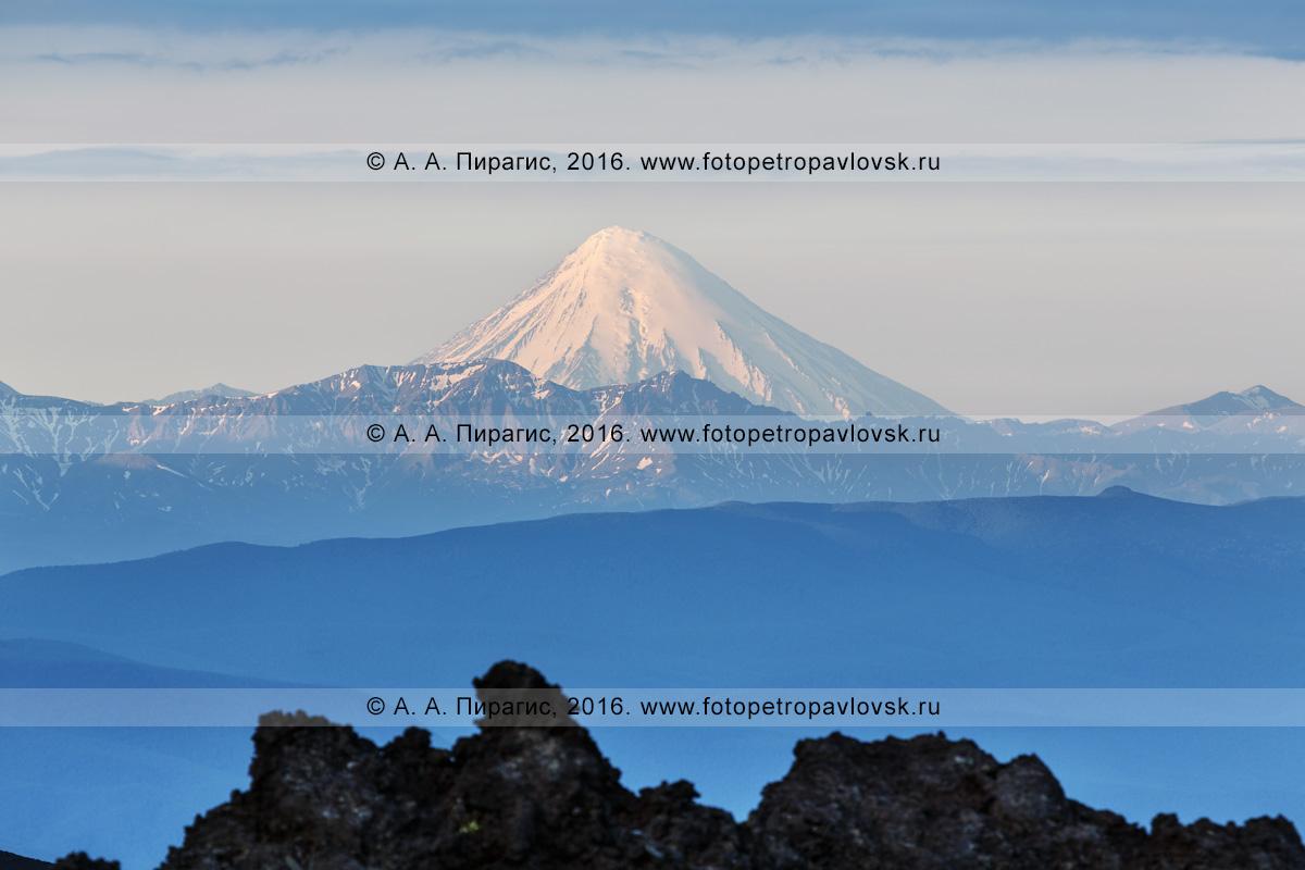 Фотография: вулканический пейзаж Камчатского края — красивый вид на действующий стратовулкан Кроноцкий