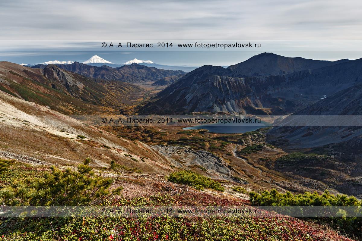Фотография: осенний камчатский пейзаж — вид на Затерянное озеро в верховьях реки Правая Быстрая. Полуостров Камчатка