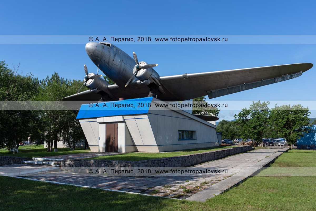 Фотография: памятник военно-транспортному самолету Ли-2. Международный аэропорт Петропавловск-Камчатский (Елизово), Камчатский край