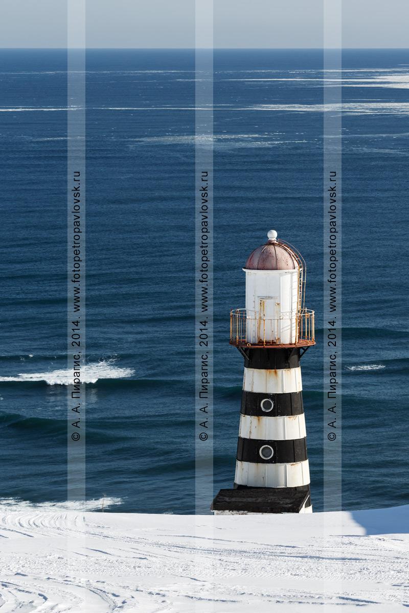 Фотография: Петропавловский маяк на берегу Тихого океана на мысе Маячном у входа в Авачинскую губу (Авачинскую бухту)