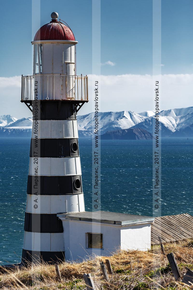 """Фотография: маяк """"Петропавловский"""" на фоне живописного Авачинского залива в Тихом океане. Полуостров Камчатка"""