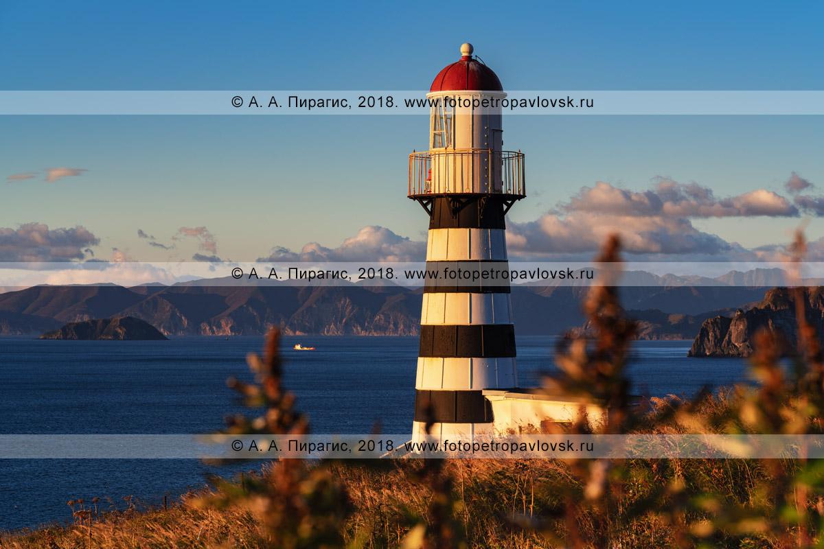 Фотография: башня Петропавловского маяка, скалистое тихоокеанское побережье полуострова Камчатка