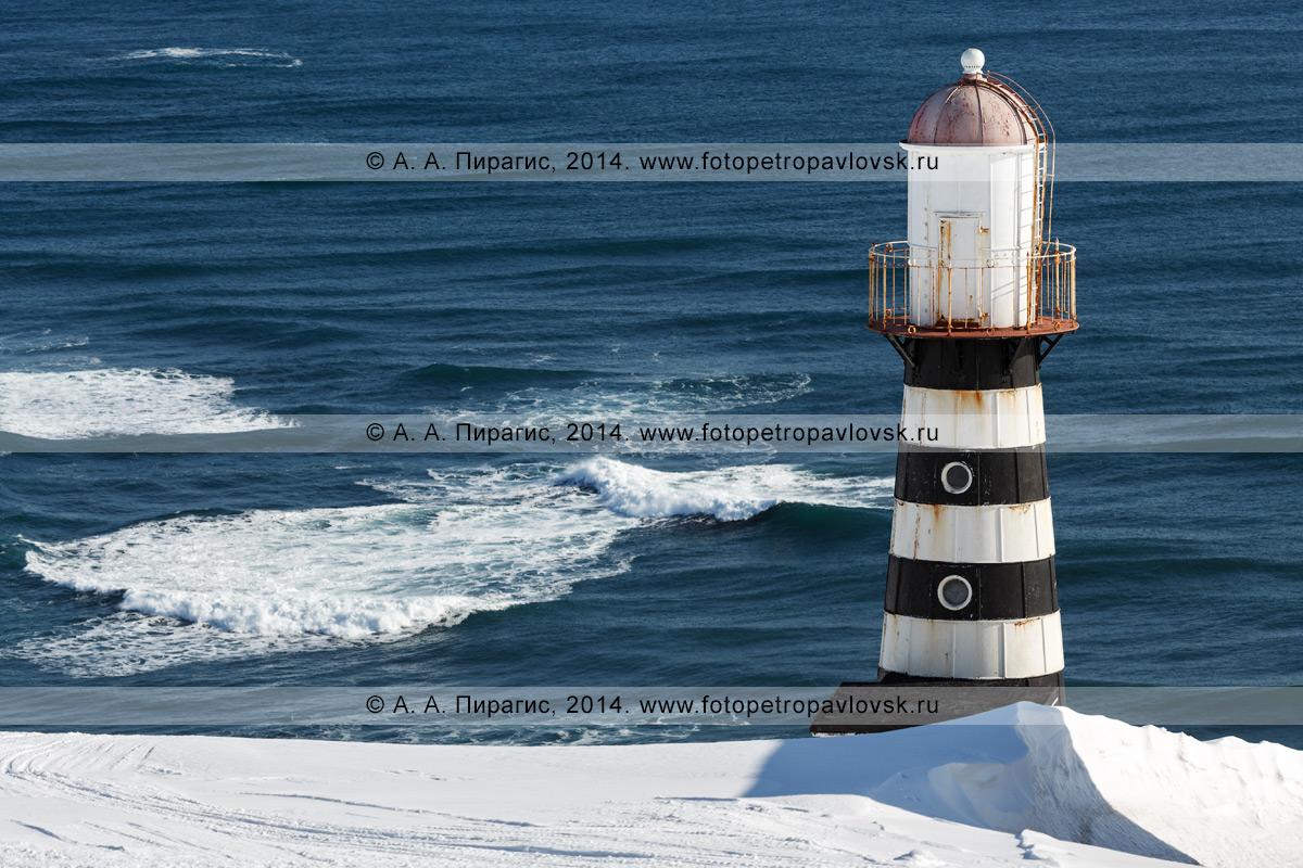 Фотография: вид на Петропавловский маяк на мысе Маячном на берегу Тихого океана. Камчатка