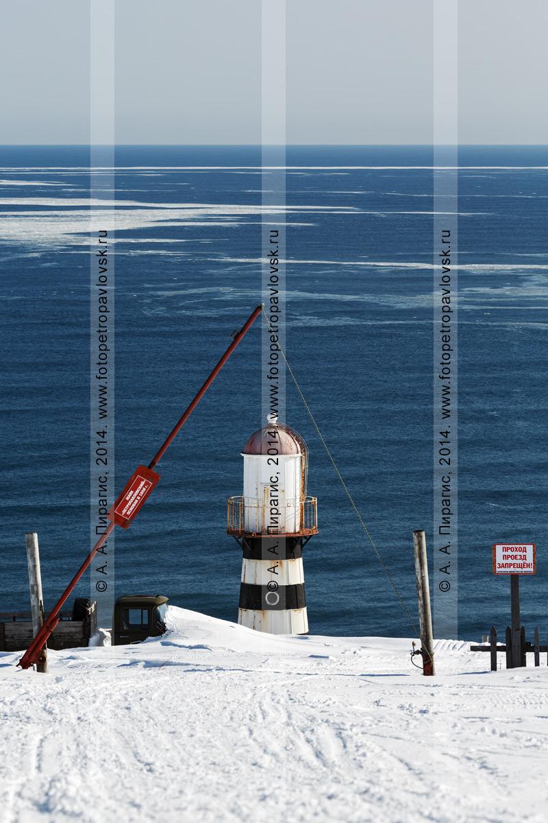 Фотография: вид на Петропавловский маяк, расположенный на территории воинской части, и Тихий океан. Камчатка