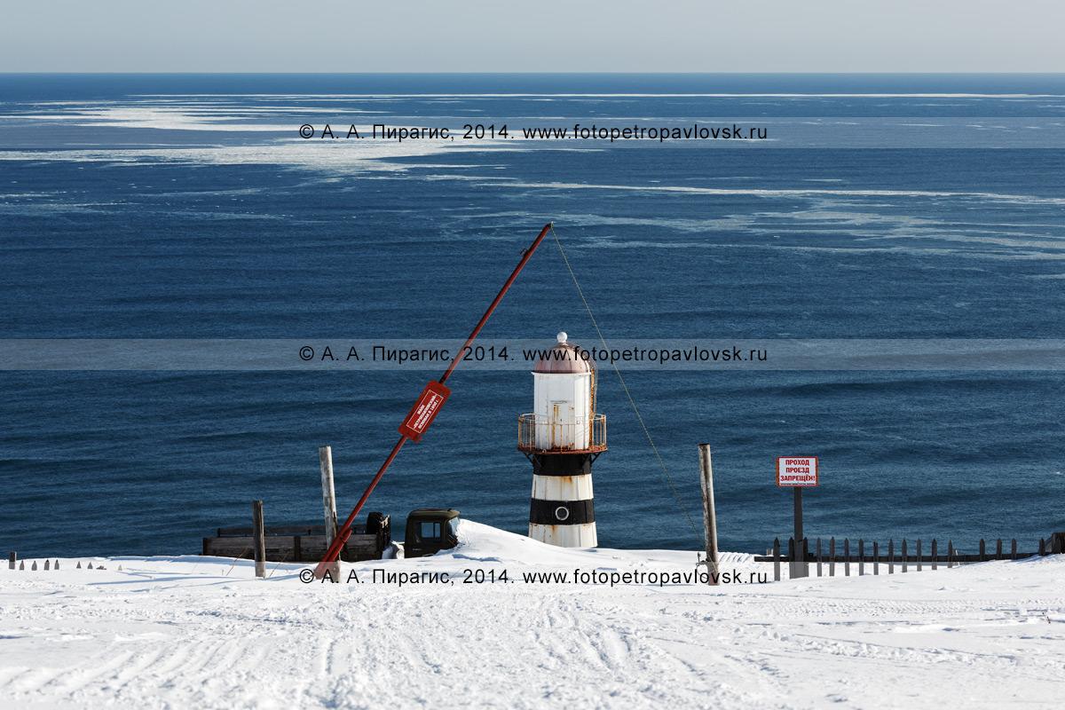 Фотография: вид на Петропавловский маяк на территории Министерства обороны России, и Тихий океан. Камчатский край
