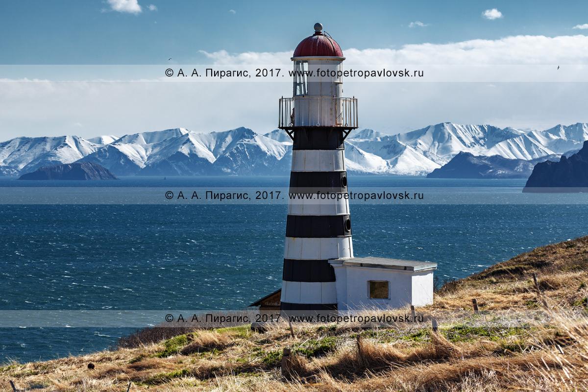 Фотография: Петропавловский маяк на берегу Авачинского залива в Тихом океане. Полуостров Камчатка