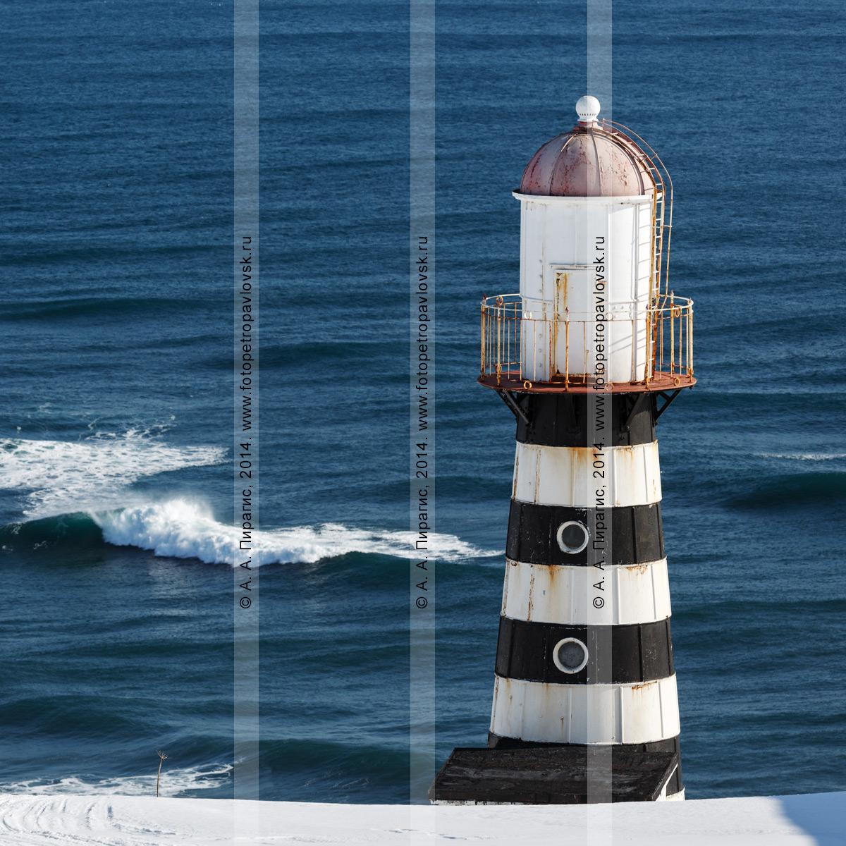 Фотография: Петропавловский маяк на мысе Маячном у входа в Авачинскую губу (Авачинскую бухту). Камчатка, побережье Тихого океана