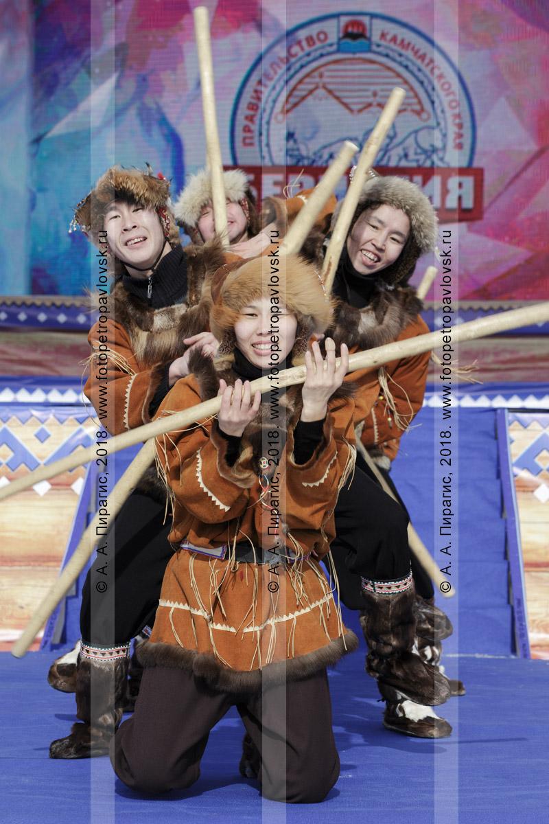 """Фотография: выступление Государственного академического корякского национального ансамбля танца """"Мэнго"""". Полуостров Камчатка"""