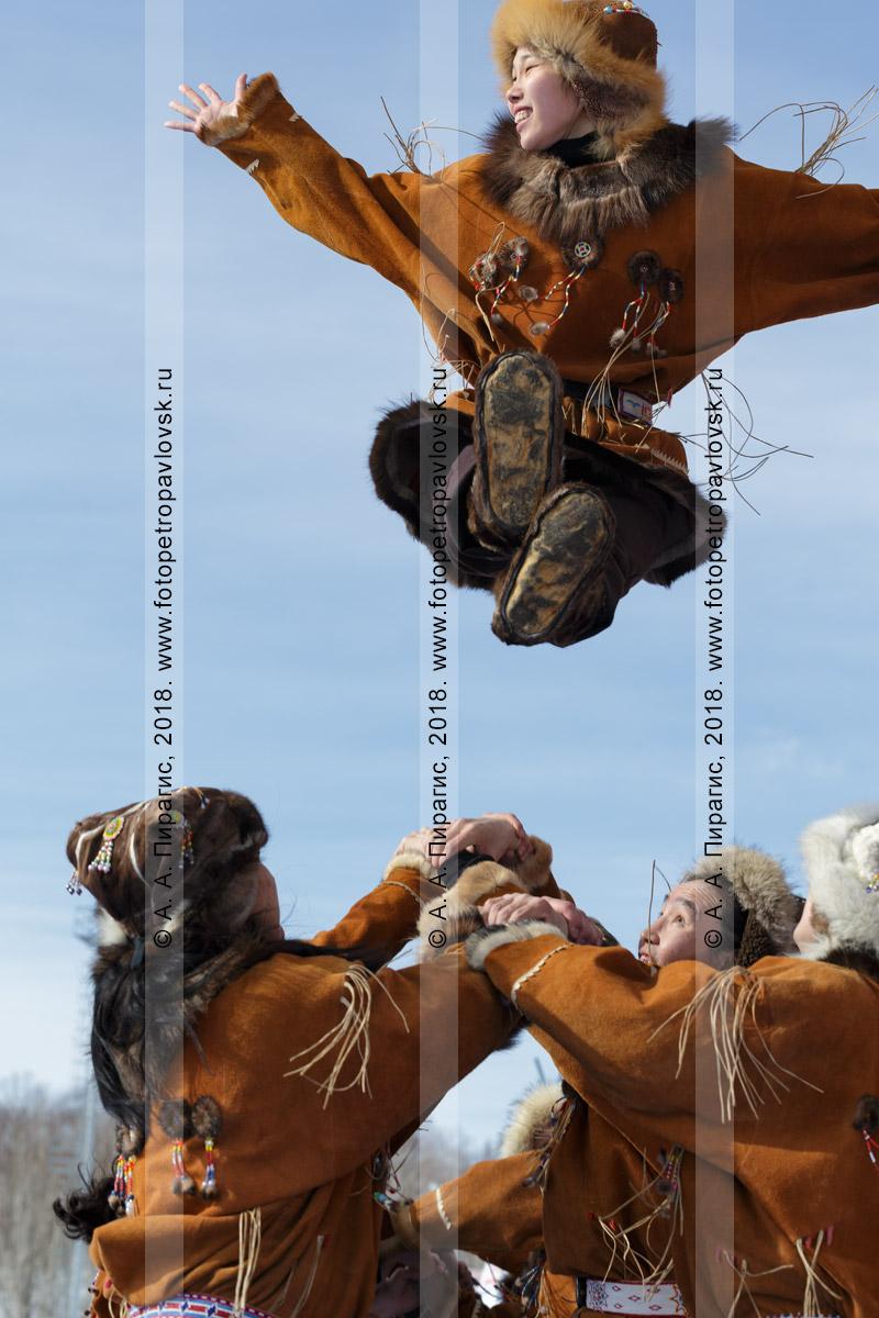 """Фотография: зажигательный танец корякского национального ансамбля танца """"Мэнго"""". Полуостров Камчатка"""