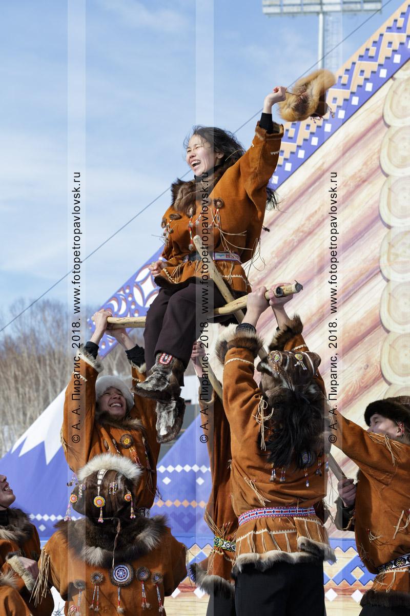 """Фотография: зрелищный танец корякского национального ансамбля танца """"Мэнго"""". Полуостров Камчатка"""