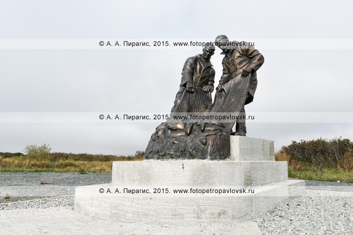 Фотография: вид на памятник рыбакам, или памятник Рыбацкой славы, в поселке Усть-Камчатске Камчатского края