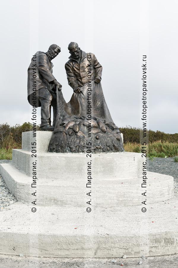Фотография: трехметровый бронзовый монумент — памятник рыбакам, или памятник Рыбацкой славы, в поселке Усть-Камчатске на Камчатке