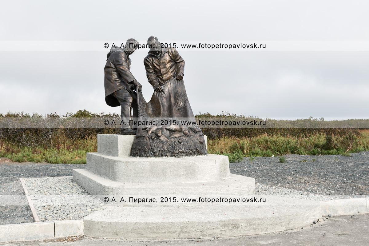 Фотография: бронзовый монумент — памятник Рыбацкой славы, или памятник рыбакам, в поселке Усть-Камчатск. Камчатский край, Усть-Камчатский район