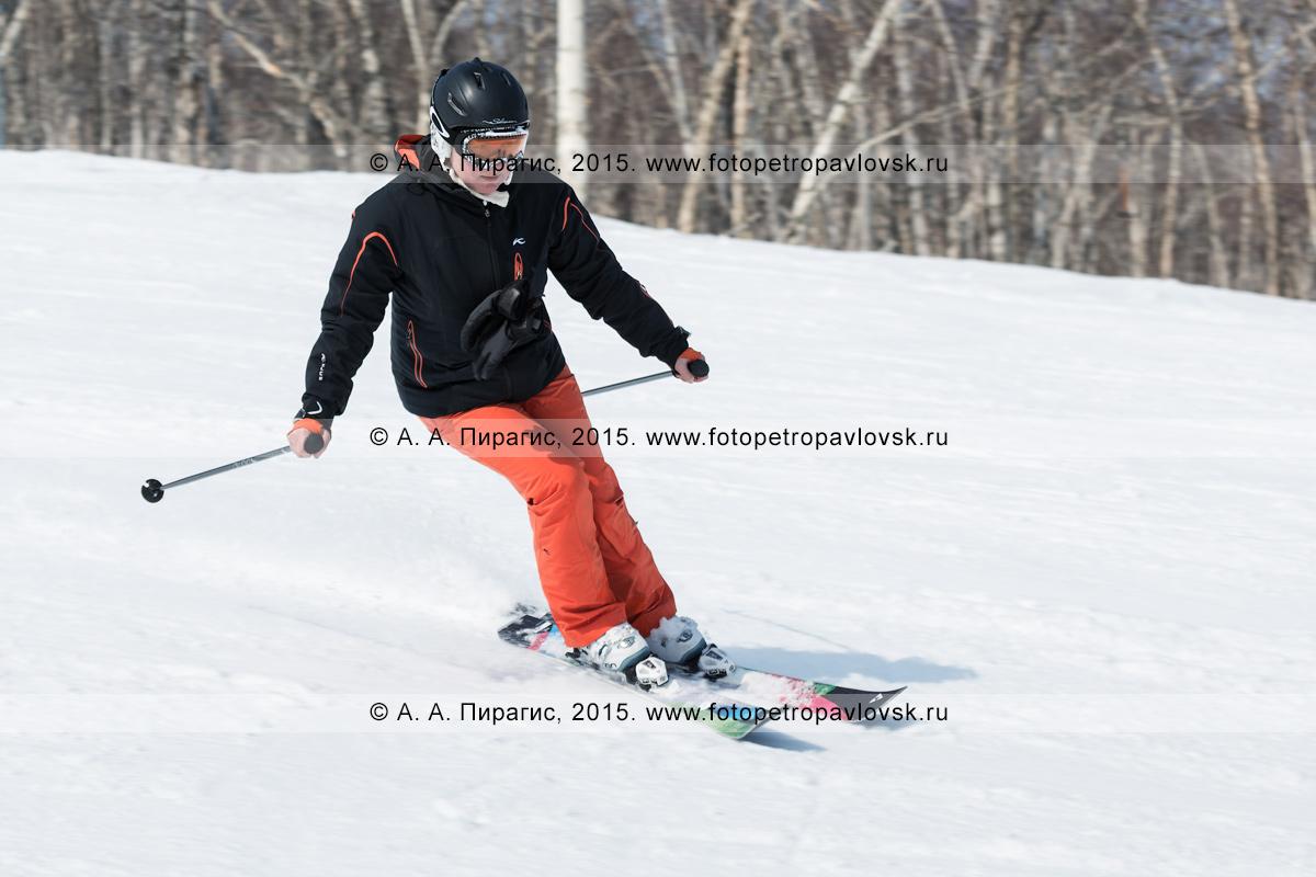 """Фотография: горнолыжница едет на горных лыжах по склону горы Морозной. Горнолыжная база """"Морозная"""" в Камчатском крае. Город Елизово, Елизовский район, Камчатка"""