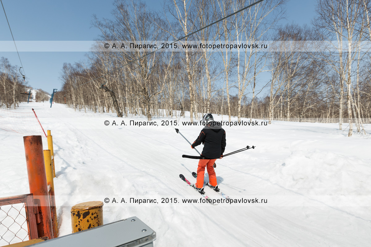 """Фотография: девушка-горнолыжница поднимается на бугельном подъемнике на гору Морозную. Камчатский край, город Елизово, гора Морозная, горнолыжная база """"Морозная"""""""