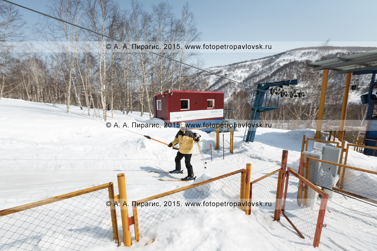 """Фотография: горнолыжная база """"Морозная"""", мужчина-горнолыжник поднимается на бугельном подъемнике на гору Морозную. Камчатский край, Елизово, гора Морозная"""