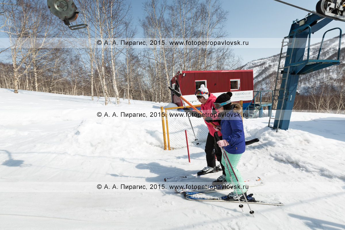"""Фотография: горнолыжная база """"Морозная"""", девушки-горнолыжницы поднимаются на бугельном подъемнике на гору Морозную. Камчатка, город Елизово, гора Морозная"""