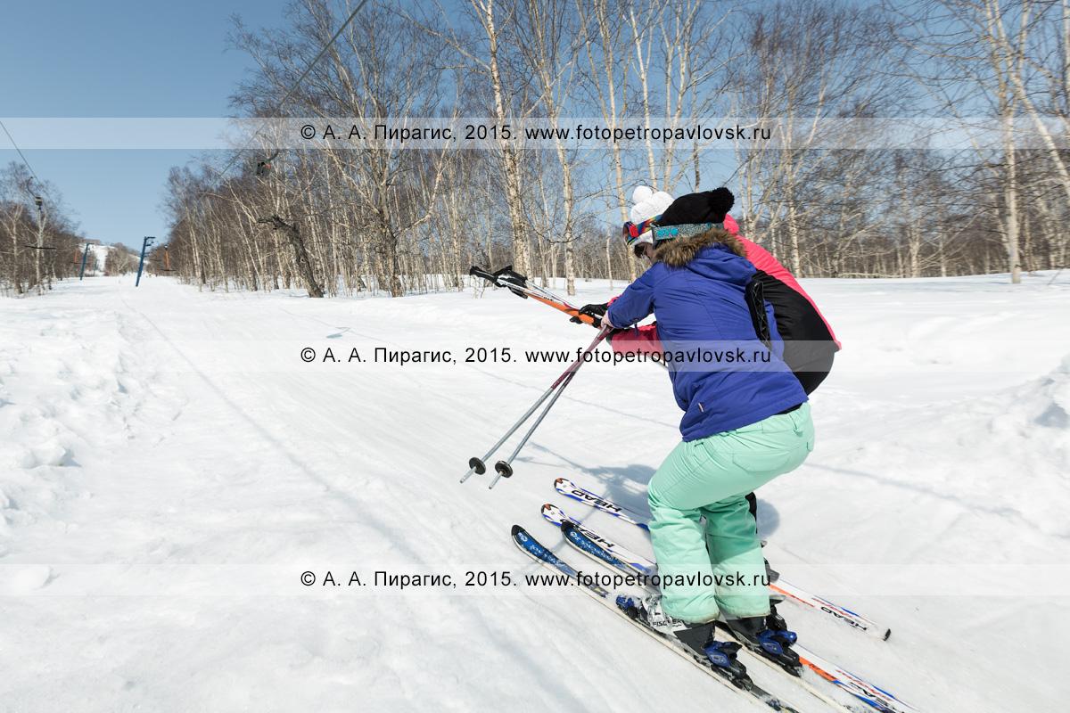 """Фотография: две девушки-горнолыжницы поднимаются на бугельном подъемнике на гору Морозную. Камчатка, город Елизово, горнолыжная база """"Морозная"""""""