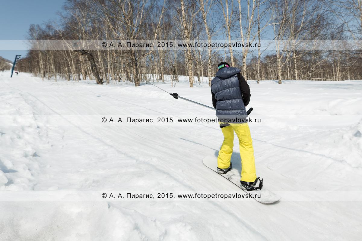"""Фотография: сноубордист поднимается на бугельном подъемнике на гору Морозную. Камчатский край, город Елизово, горнолыжная база """"Морозная"""""""
