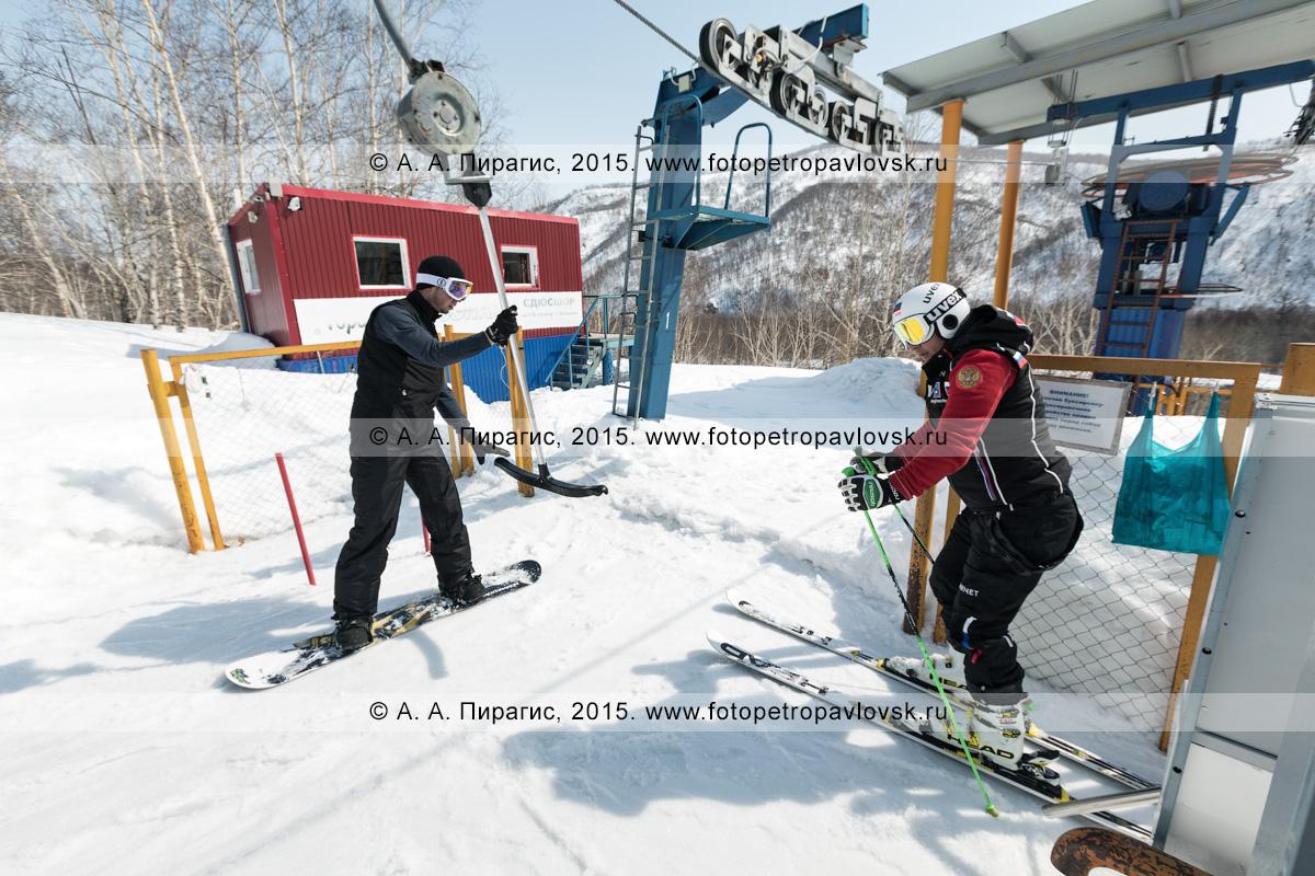 """Фотография: горнолыжник и сноубордист перед подъемом на бугельном подъемнике на гору Морозную. Камчатский край, город Елизово, горнолыжная база """"Морозная"""""""