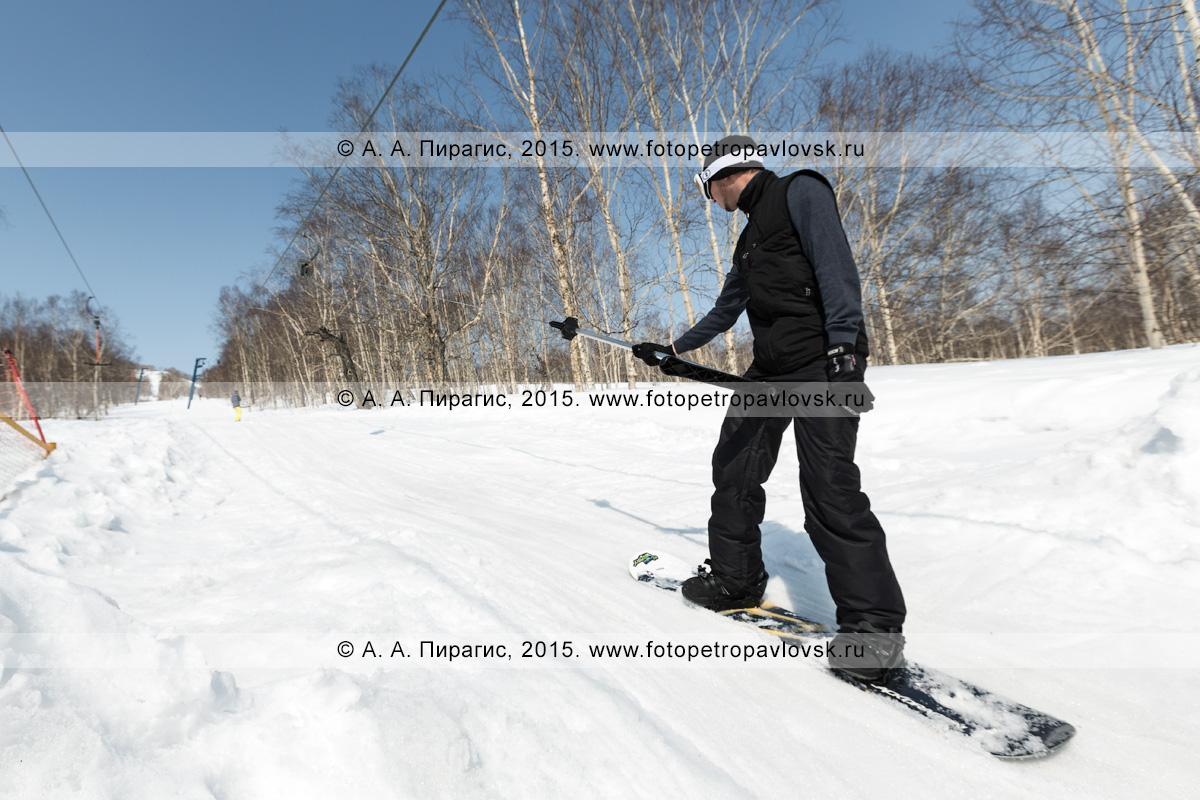 """Фотография: горнолыжная база """"Морозная"""", сноубордист поднимается на бугельном подъемнике на гору Морозную. Камчатка, город Елизово"""