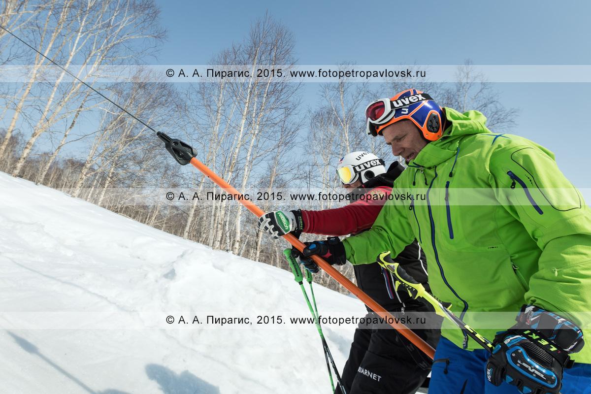 """Фотография: горнолыжная база """"Морозная"""", мужчины-горнолыжники поднимаются на бугельном подъемнике на гору Морозную. Камчатский край, город Елизово"""