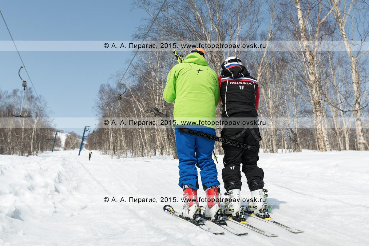 """Фотография: мужчины-горнолыжники едут на бугельном подъемнике на гору Морозную. Камчатка, город Елизово, горнолыжная база """"Морозная"""""""