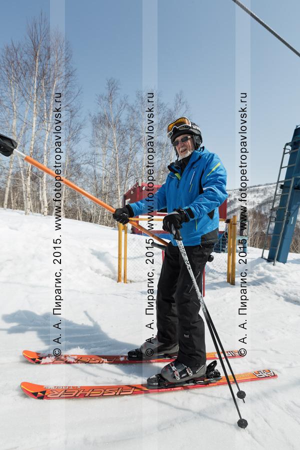 """Фотография: мужчина-горнолыжник едет на бугельном подъемнике на гору Морозную. Камчатка, город Елизово, горнолыжная база """"Морозная"""""""