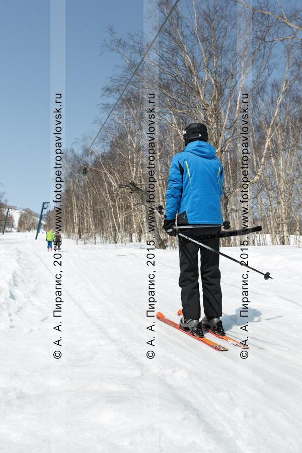 """Фотография: горнолыжная база """"Морозная"""", мужчина-горнолыжник поднимается на бугельном подъемнике на гору Морозную. Камчатка, город Елизово"""