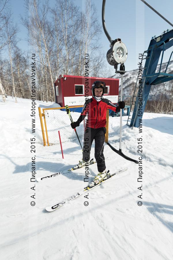"""Фотография: горнолыжник перед подъемом на бугельном подъемнике на гору Морозную. Камчатка, город Елизово, горнолыжная база """"Морозная"""""""