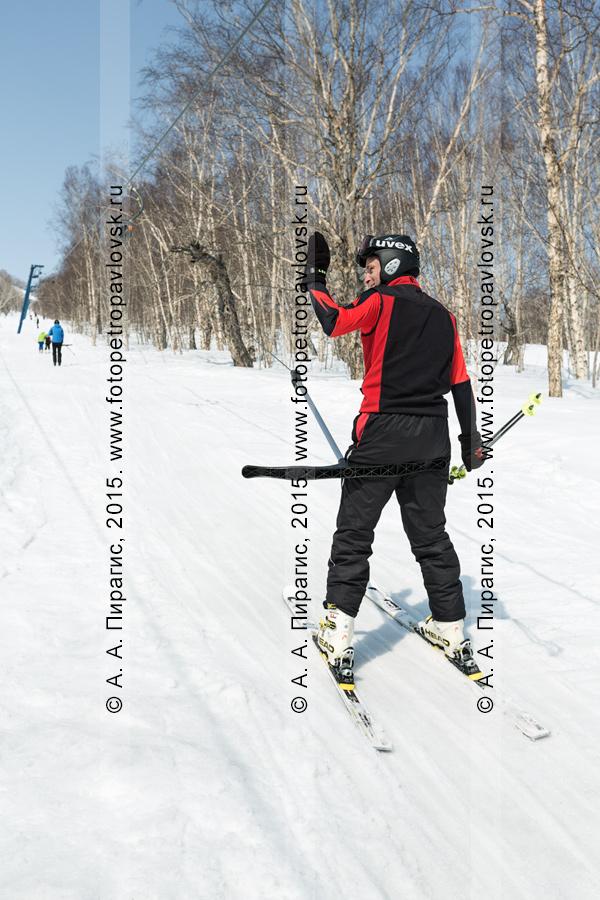 """Фотография: горнолыжная база """"Морозная"""" на Камчатке, горнолыжник едет на бугельном подъемнике на гору Морозную"""
