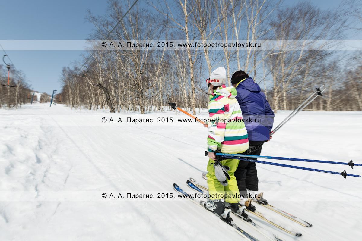 """Фотография: горнолыжная база """"Морозная"""", девушки-горнолыжницы поднимаются на бугельном подъемнике на гору Морозную. Камчатка, город Елизово"""
