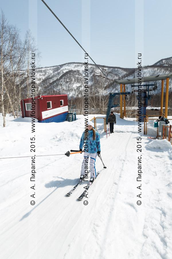 """Фотография: горнолыжная база """"Морозная"""", девушка-горнолыжница поднимается на бугельном подъемнике на гору Морозную. Камчатка, город Елизово"""