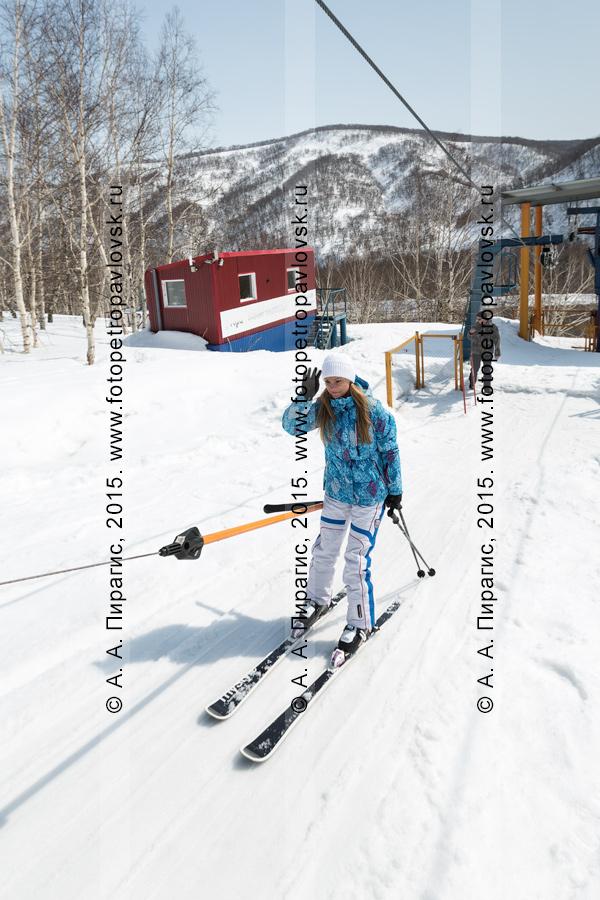 """Фотография: горнолыжная база """"Морозная"""", горнолыжница едет на бугельном подъемнике на гору Морозную. Камчатский край, город Елизово"""