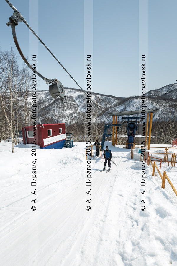 """Фотография: работа бугельного подъемника на горе Морозной — горнолыжник поднимается на гору. Камчатский край, город Елизово, горнолыжная база """"Морозная"""""""