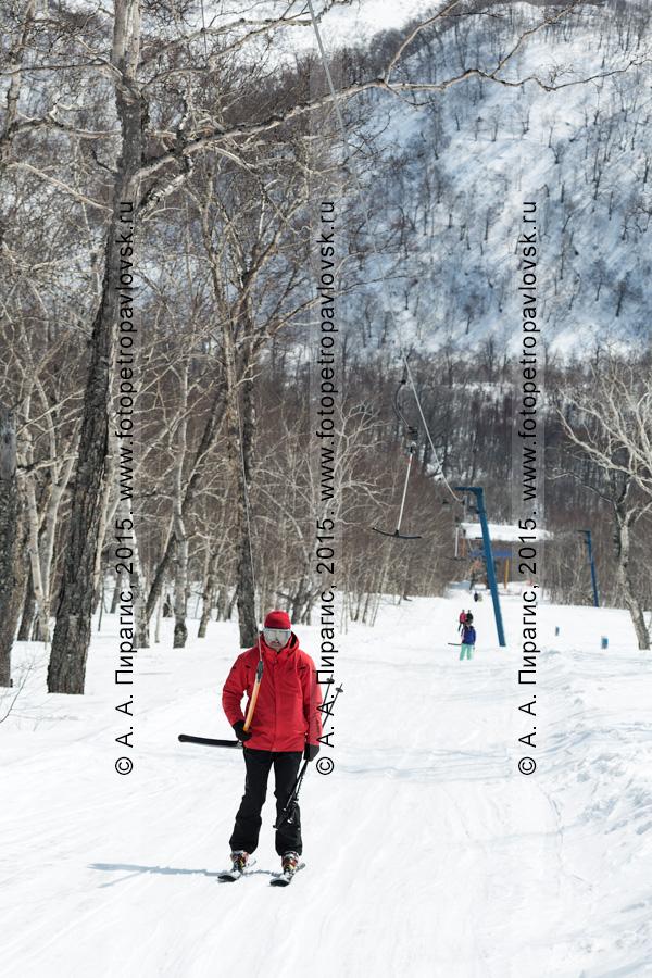 """Фотография: горнолыжник поднимается на бугельном подъемнике на гору Морозную (горнолыжная база """"Морозная""""). Камчатка, город Елизово"""