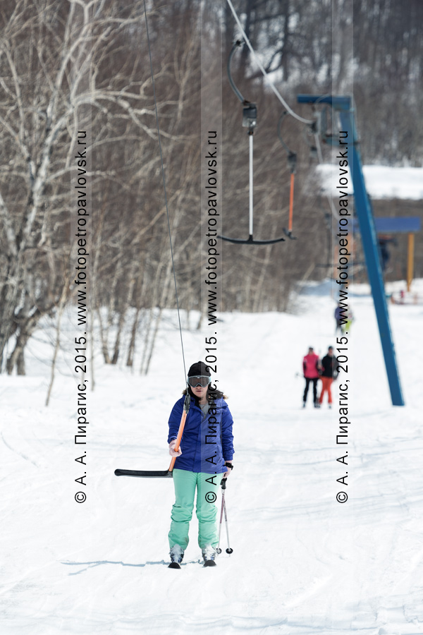 """Фотография: девушка-горнолыжница едет на бугельном подъемнике на гору Морозную. Камчатский край, город Елизово, горнолыжная база """"Морозная"""""""