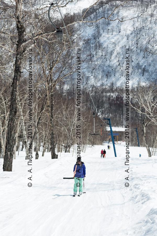 """Фотография: горнолыжница поднимается на бугельном подъемнике на горе Морозной. Камчатский край, Елизово, горнолыжная база """"Морозная"""""""