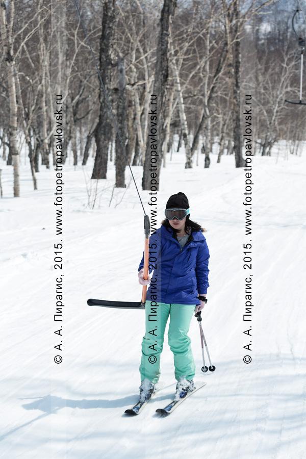 """Фотография: горнолыжная база """"Морозная"""", горнолыжница поднимается на бугельном подъемнике на гору Морозную. Камчатка, город Елизово"""