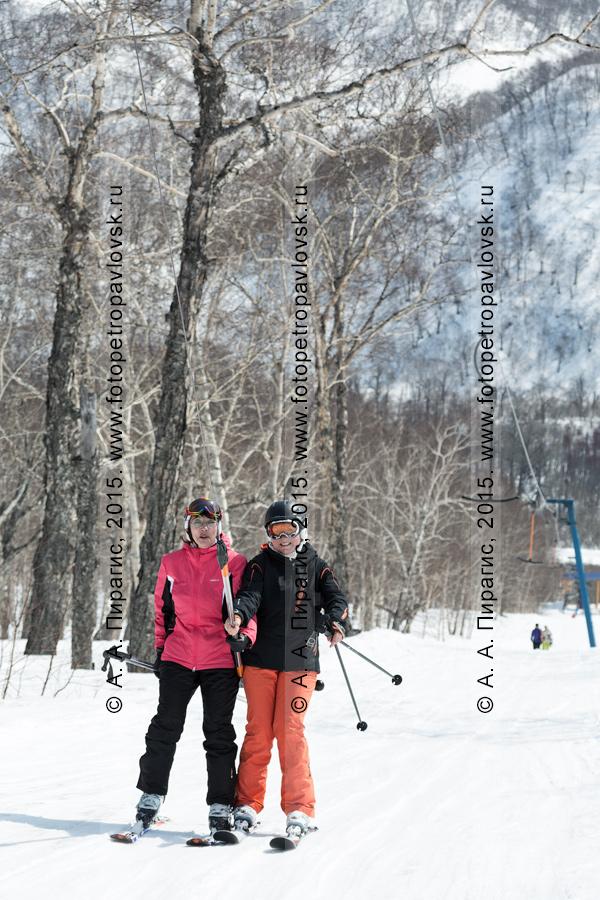 """Фотография: горнолыжная база """"Морозная"""" на Камчатке, девушки-горнолыжницы едут на бугельном подъемнике на горе Морозной. Город Елизово, Камчатский край"""