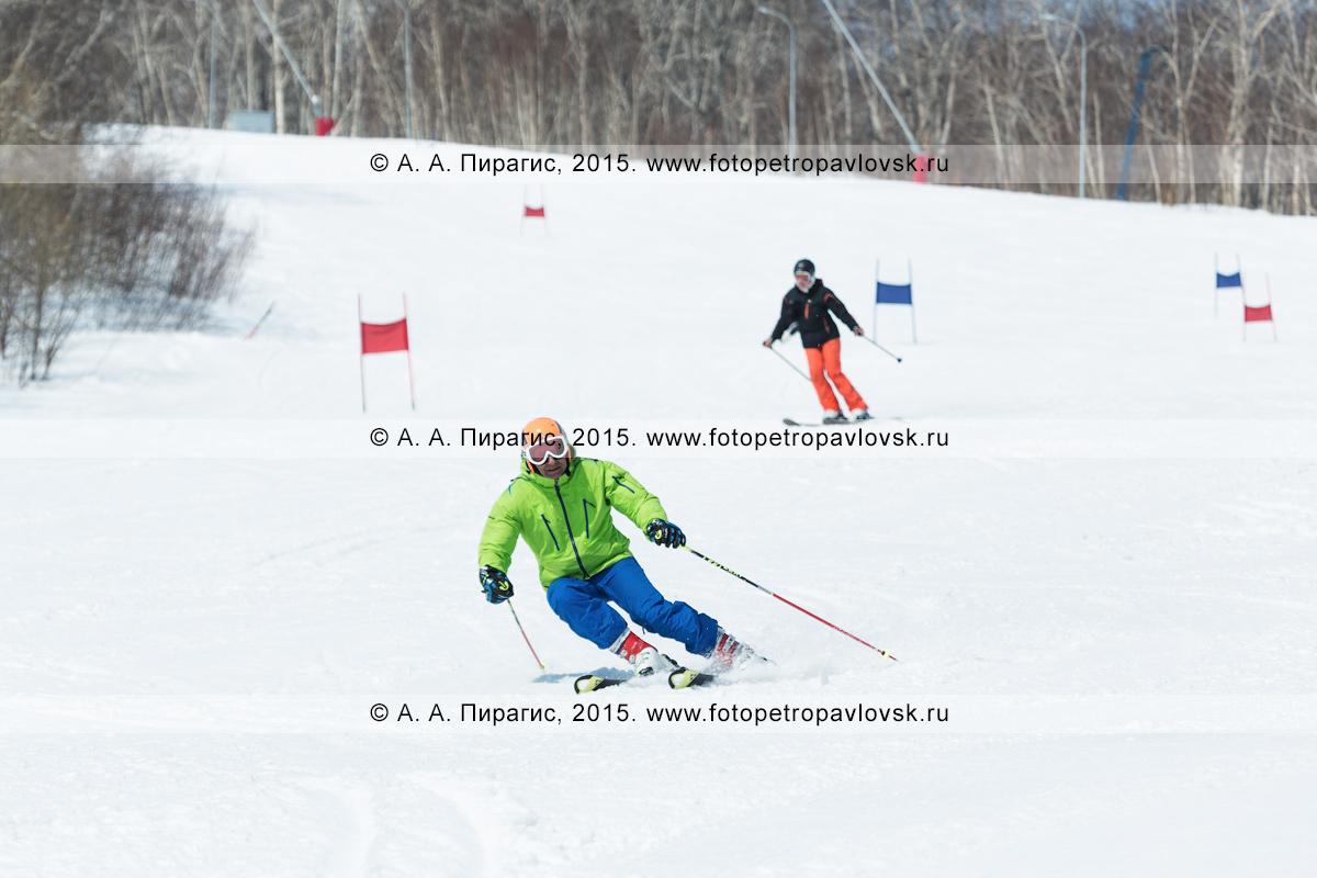"""Фотография: горнолыжный спорт на Камчатке — горнолыжники едут с горы Морозной. Камчатский край, Елизовский муниципальный район, город Елизово, горнолыжная база """"Морозная"""""""