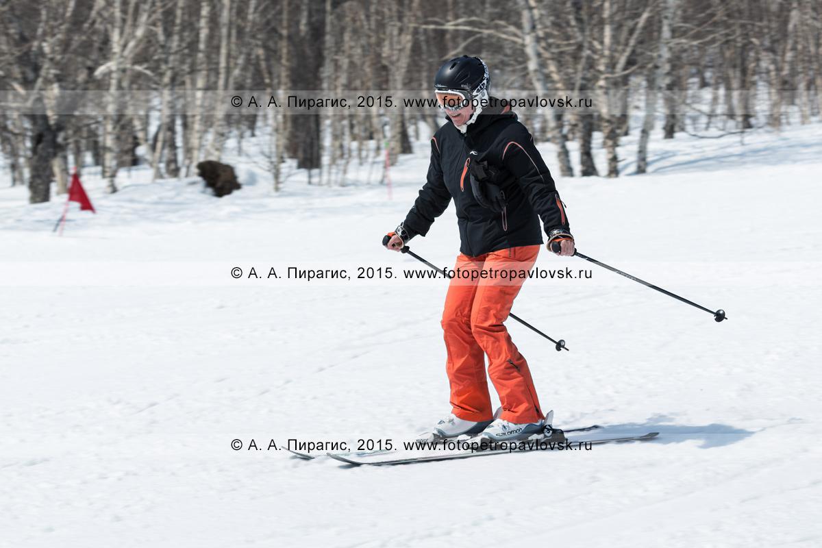 """Фотография: горнолыжный спорт на Камчатке — девушка-горнолыжница спускается с горы Морозной. Камчатский край, Елизовский район, город Елизово, горнолыжная база """"Морозная"""""""