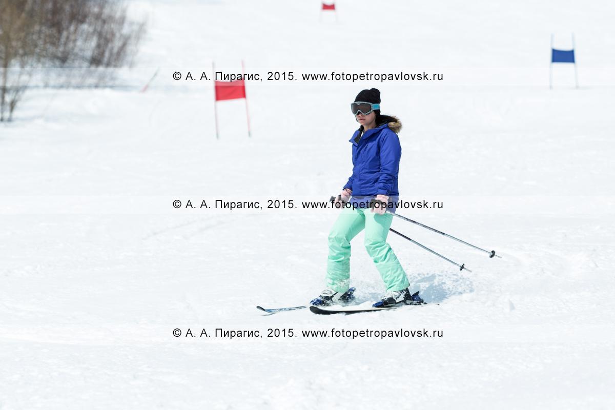 """Фотография: горнолыжный спорт на Камчатке — девушка-горнолыжница неспешно спускается с горы Морозной. Камчатский край, Елизовский район, город Елизово, горнолыжная база """"Морозная"""""""