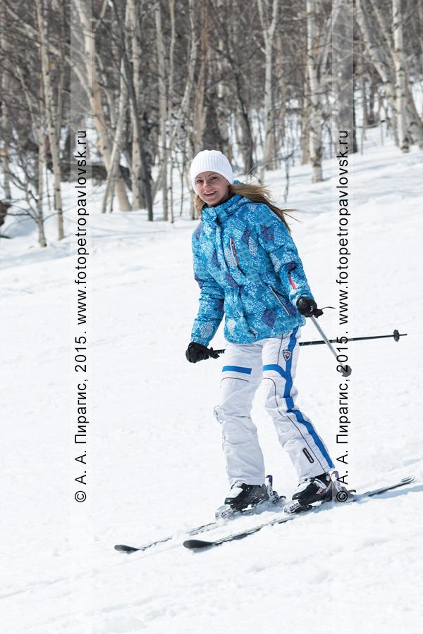 """Фотография: горнолыжный спорт на Камчатке — радостная девушка-горнолыжница едет с горы Морозной. Камчатский край, Елизовский район, город Елизово, горнолыжная база """"Морозная"""""""