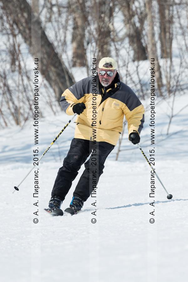 """Фотография: горнолыжный спорт на Камчатке — мужчина едет на горных лыжах на горе Морозной. Камчатский край, Елизовский район, город Елизово, горнолыжная база """"Морозная"""""""